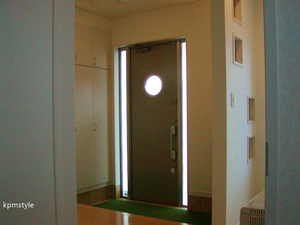 天窓からの光が優しく降り注ぐ床ガラスの家 (八戸市尻内町)3