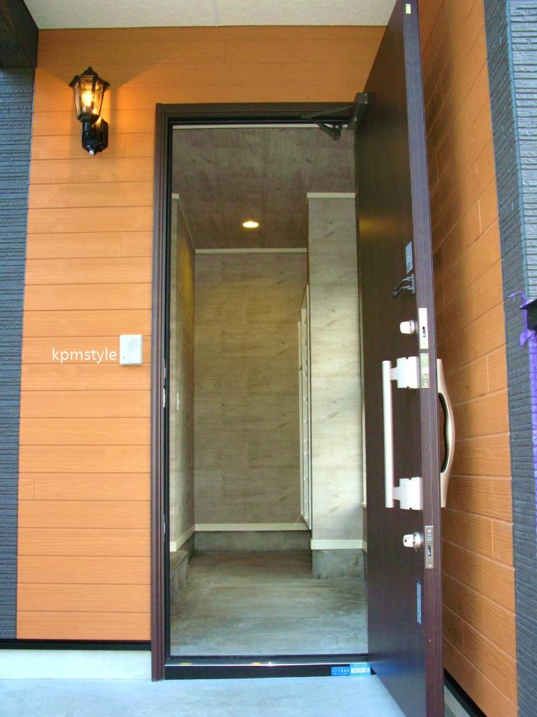 玄関にこだわりのコンクリートテイストのクロークがある家 (八戸市鮫町)2